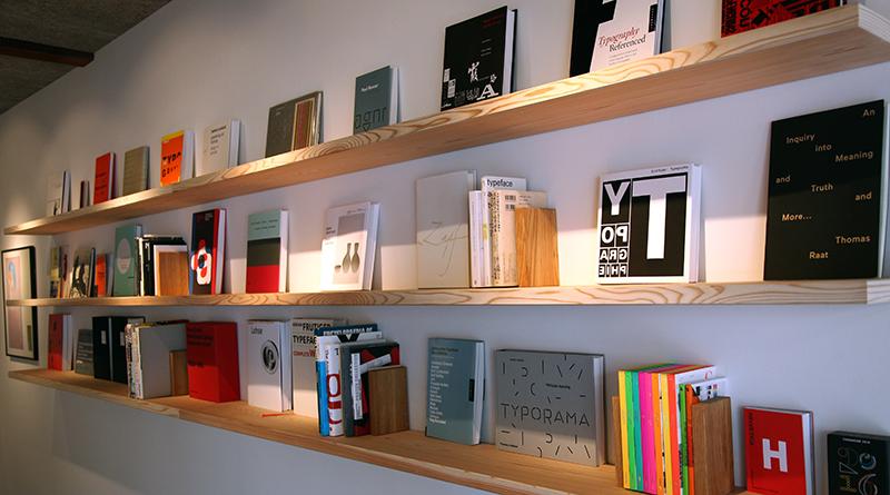 店内には100冊あまりの書籍が並ぶ