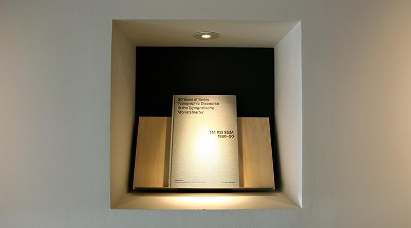 壁面の書架スペース。奥面には黒さにこだわった和紙を貼っている