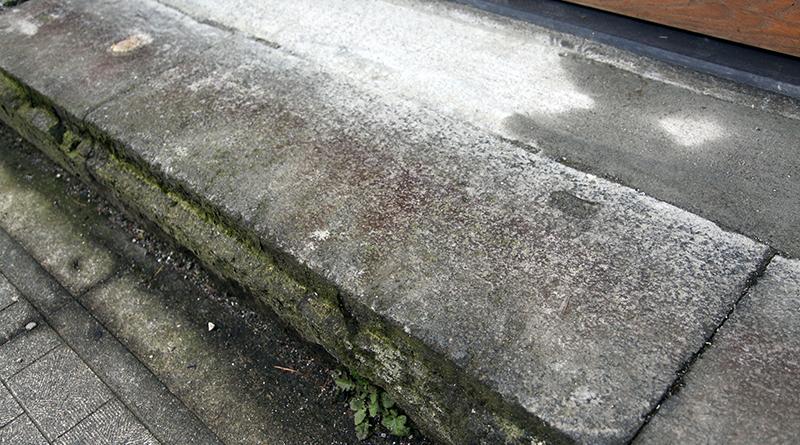 入り口には金沢城の石垣で使われた貴重な戸室石