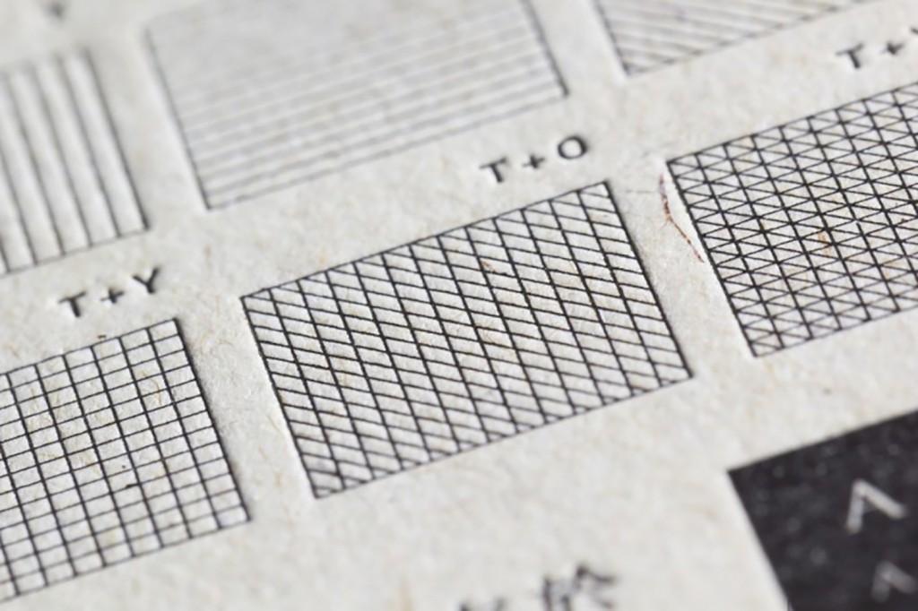 見本帖の活版印刷は、スミ(黒)および白(オペークホワイト)を使用。文字のポイントごとの再現、線の再現、白 抜き時の再現を確認できる。